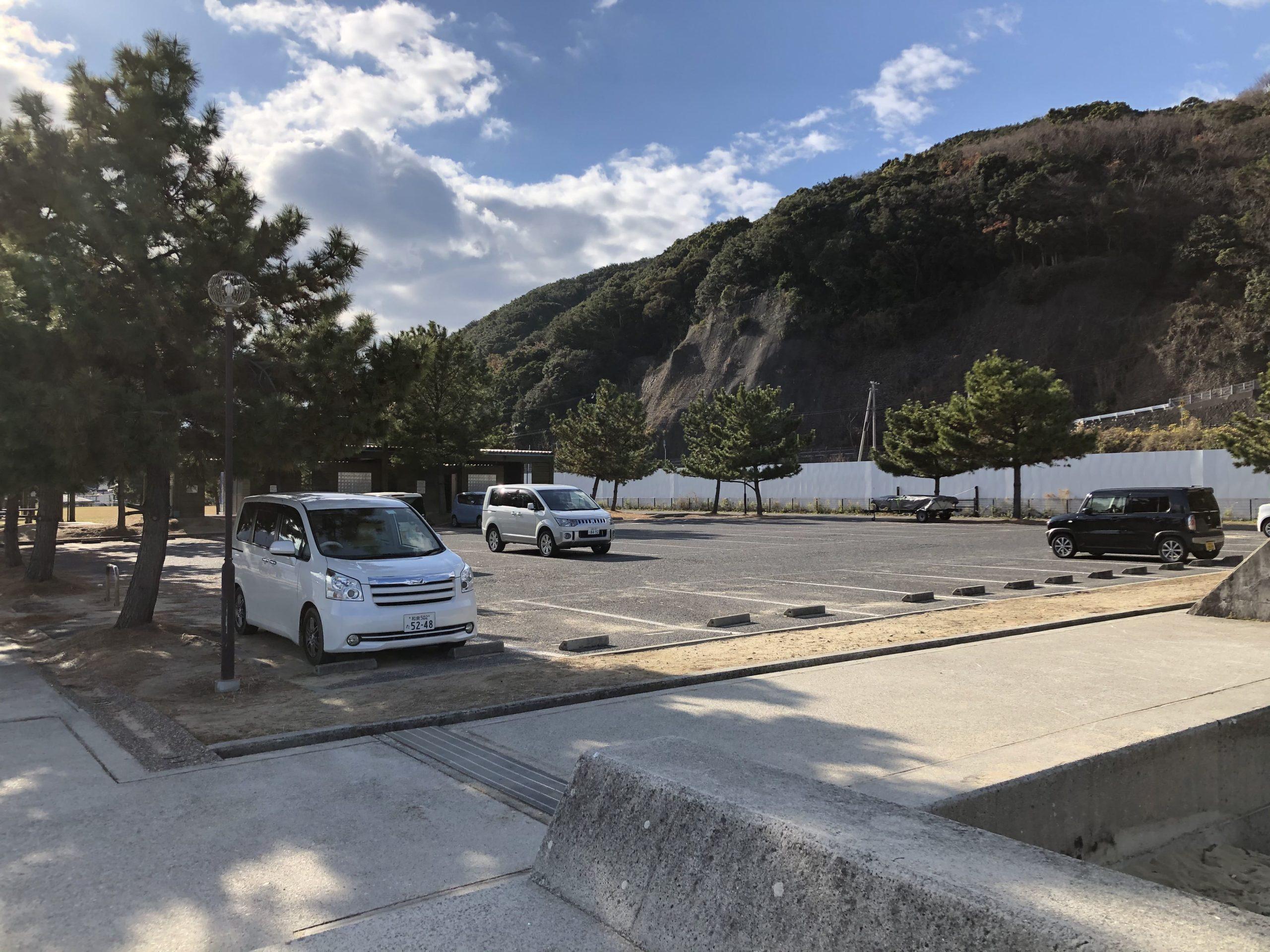 炬口漁港の駐車場とトイレ
