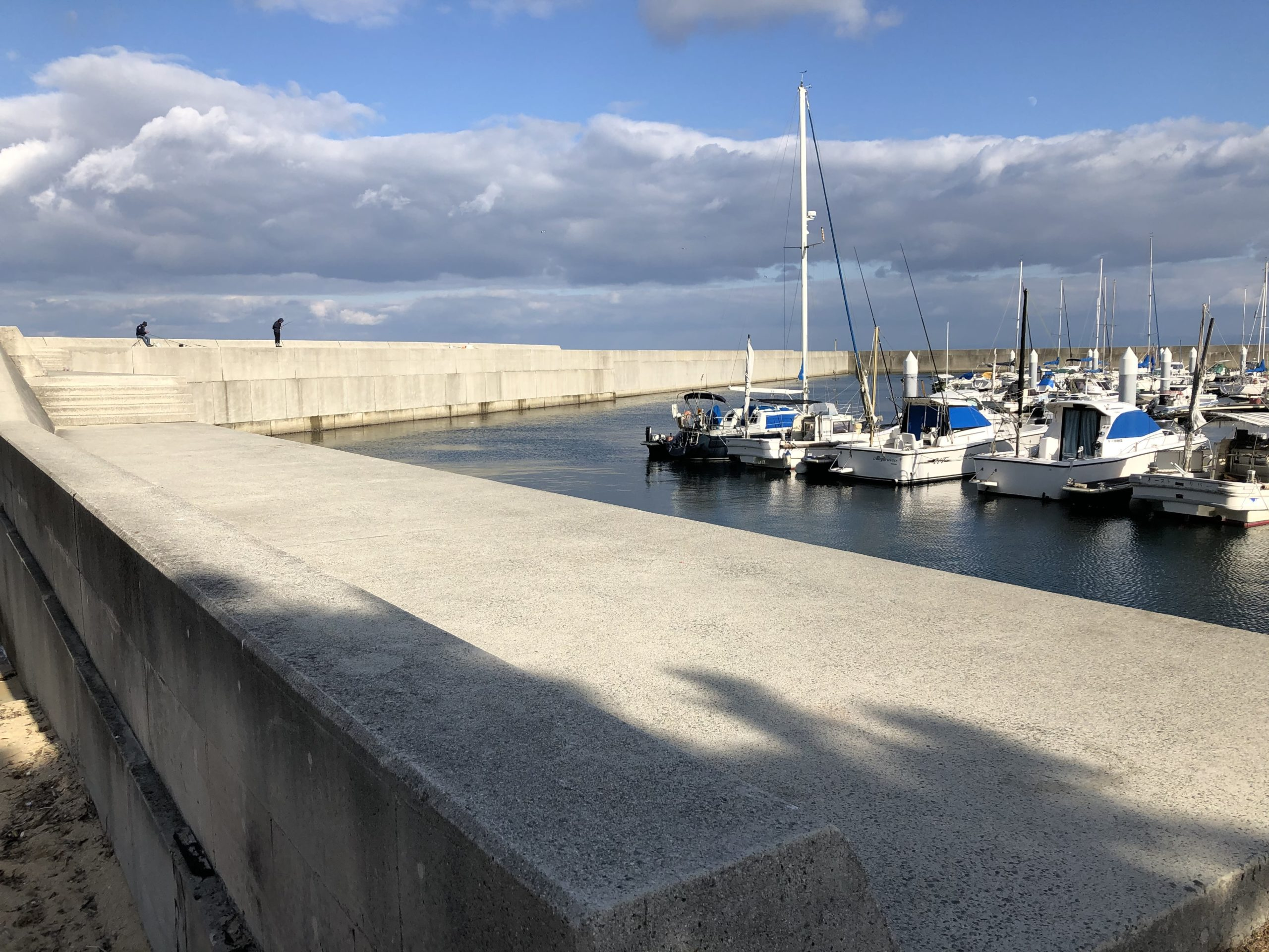 炬口漁港の堤防